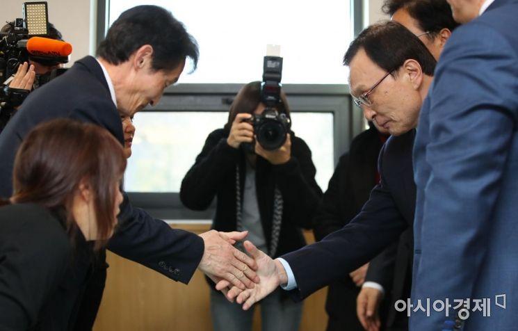 [포토] 고 김용균 아버지와 인사하는 이해찬 대표