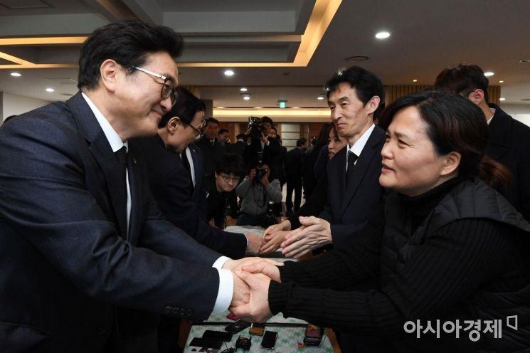 [포토] 유가족과 손잡은 더불어민주당 의원들