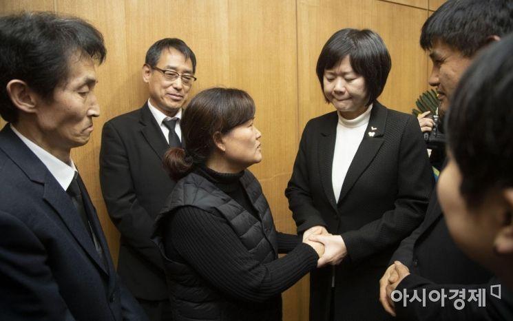 [포토] 유가족 위로하는 정의당 이정미 대표