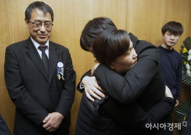 [포토] 어머니 위로하는 이정미 대표