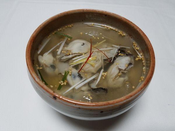 [한국의 맛] 고소하고 향긋한 굴과 살얼음 낀 시원한 동치미국물 '굴냉국'