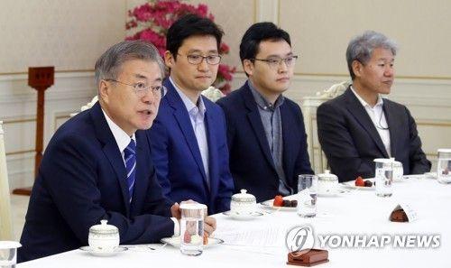 왼쪽부터 문재인 대통령, 김범석 쿠팡 대표, 이승건 비바리퍼블리카 대표, 김수현 정책실장.(연합뉴스)