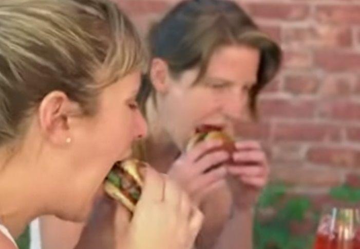대체육으로 만든 햄버거를 먹고 있는 사람들. [사진=유튜브 화면캡처]