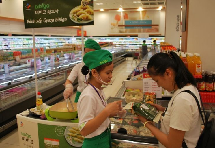 판매직원들이 호치민 이온마트에서 비비고 왕교자 제품을 소개하고 있다.
