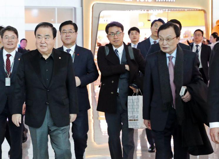 문희상 국회의장(왼쪽 두번째)와 이해찬 더불어민주당 대표(오른쪽 첫번째) 10일 오전 인천공항을 통해 출국하고 있다.사진=연합뉴스