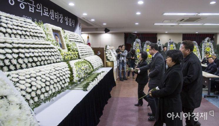 [포토] 故 윤한덕 센터장에게 헌화하는 직장동료들