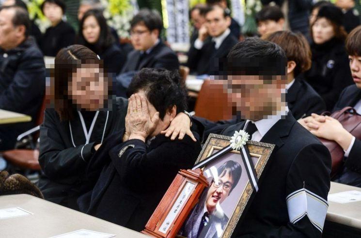 [포토] 슬픔에 잠긴 故 윤한덕 센터장 유가족