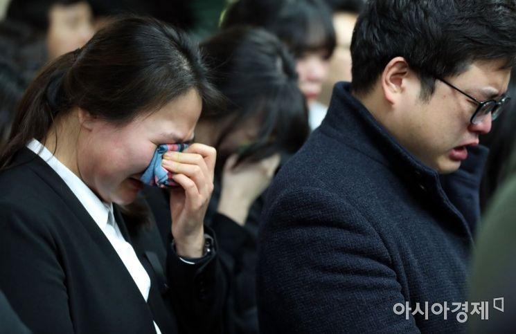 [포토] 슬픔에 잠긴 직장동료들
