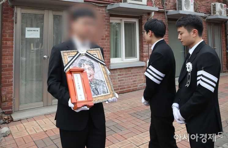 [포토] 집무실 돌아보는 故 윤한덕 센터장 영정