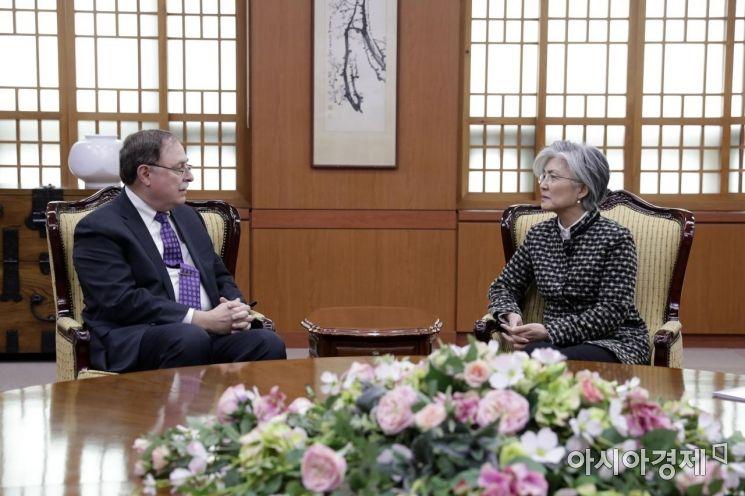 [포토]의견 나누는 강경화 장관-미국 대표 티모시 베츠