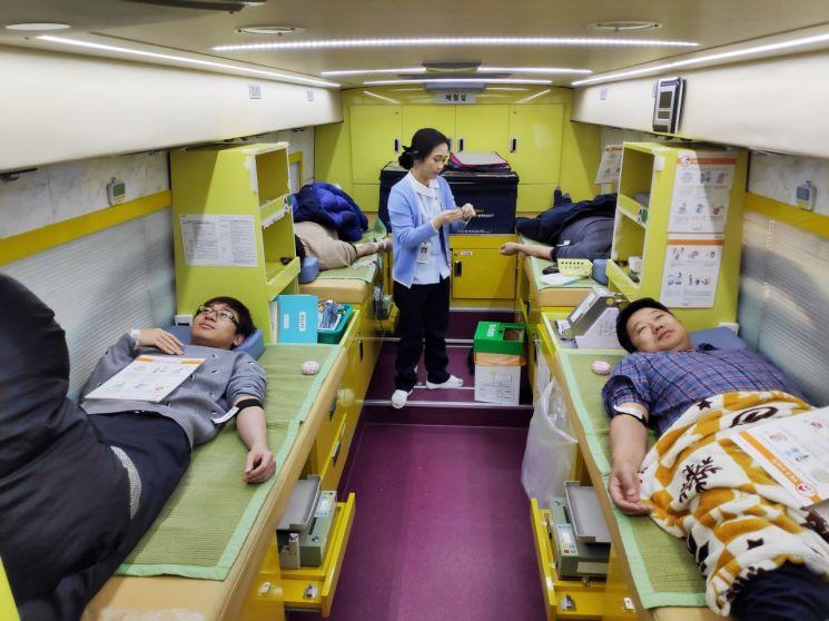광주광역시교육청 직속기관 교직원들이 지난 8일 '2019년 동절기 사랑의 헌혈운동'에 참여, 헌혈을 하고 있는 모습. 사진=광주광역시교육청