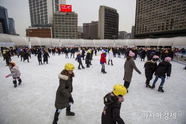 [포토]추위에도 북적이는 서울광장 스케이트장