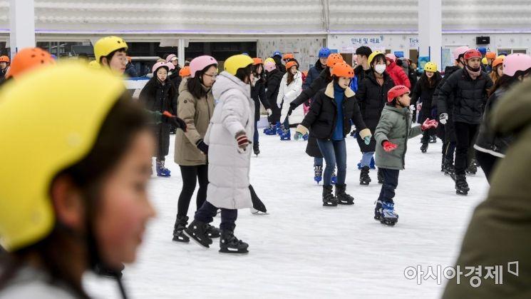 [포토]한파에도 북적이는 야외스케이트장
