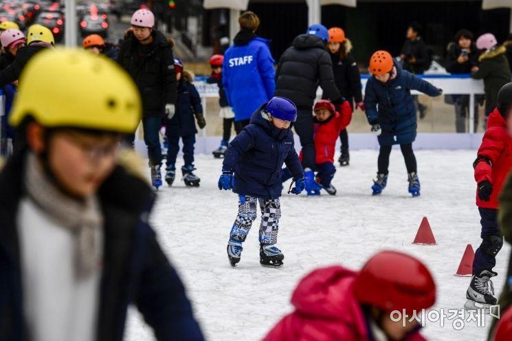 [포토]폐장일에도 북적이는 서울광장 스케이트장