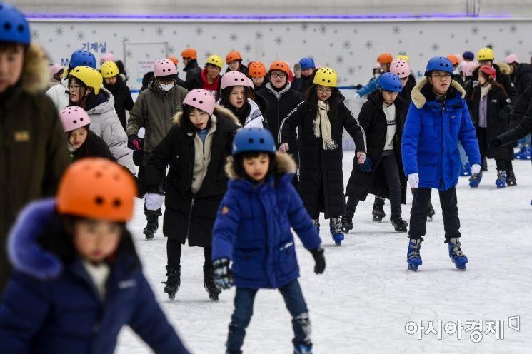 서울 한 낮 기온이 1도에 그치며 연일 한파가 이어지고 있는 10일 서울시청광장 야외스케이트장을 찾은 시민들이 스케이트를 타며 겨울의 정취를 만끽하고 있다./강진형 기자aymsdream@