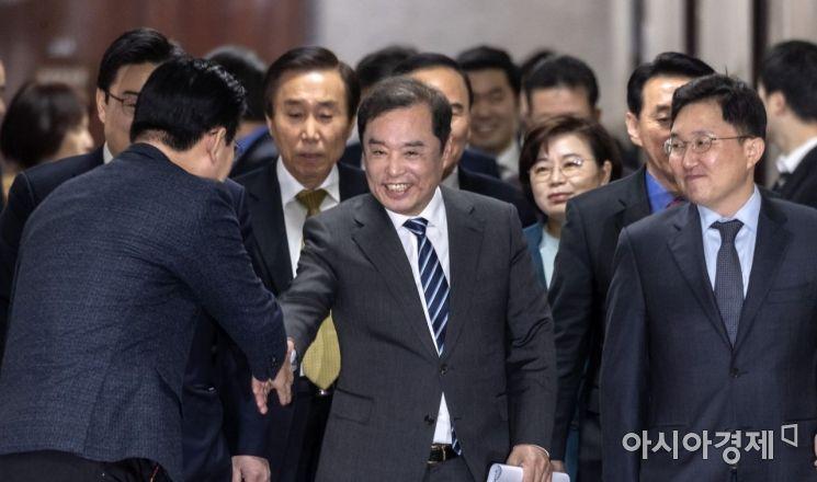 [포토] 회의 참석하는 김병준 비대위원장