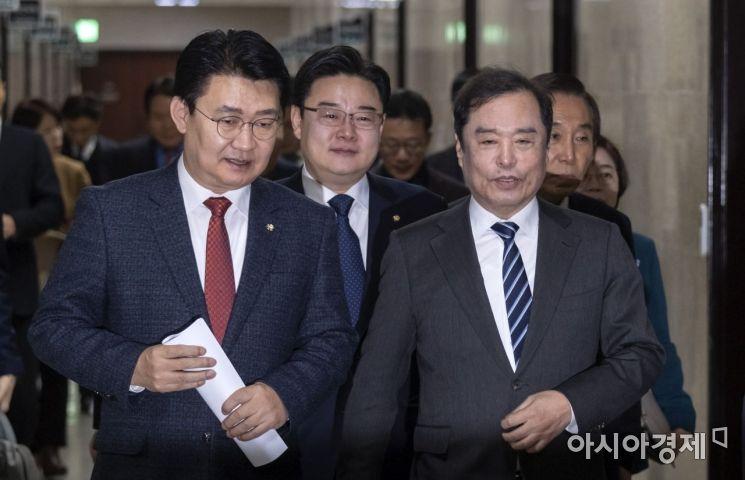 [포토] 비대위 참석하는 김병준 비대위원장