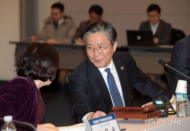 [포토]성윤모 산업부 장관과 이희숙 소비자원장 '밀착 대화'