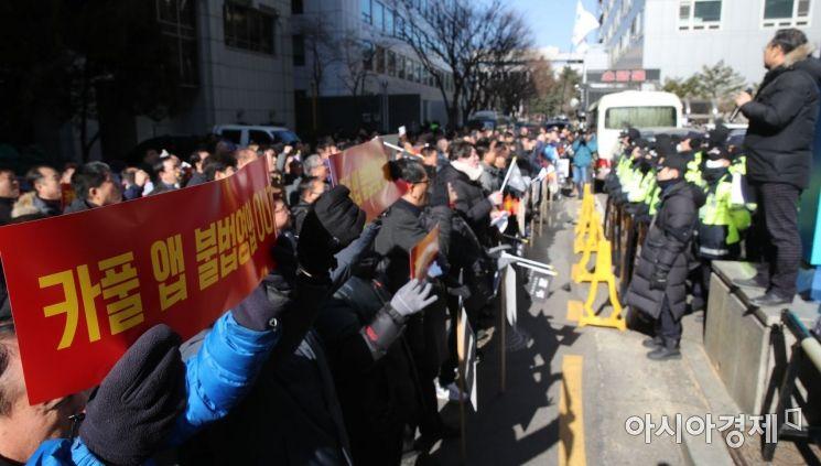 택시업계 관계자들이 서울 여의도 더불어민주당 당사 앞에서 '카풀 저지 집회'를 갖고 있다./윤동주 기자 doso7@
