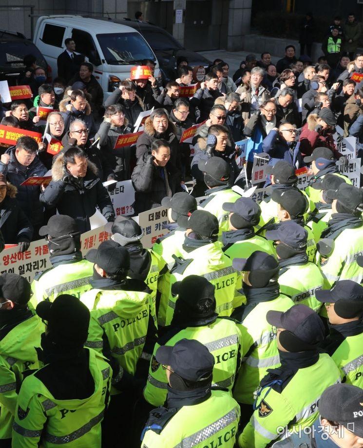 택시업계 관계자들이 11일 서울 여의도 더불어민주당 당사 앞에서 '카풀 저지 집회'를 갖고 있다./윤동주 기자 doso7@