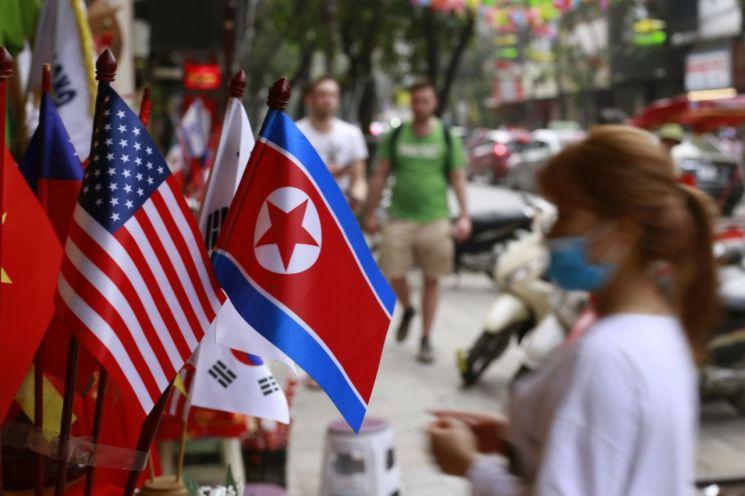 베트남의 수도 하노이의 노점상에 지난 1월29일 미국 성조기와 북한 인공기가 나란히 놓여 있다. <사진=AP연합>