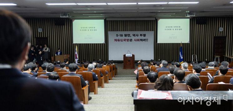 [포토] 김상조 공정위원장, 민주당 의원총회 참석