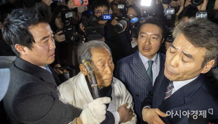 [포토] 자유한국당 항의방문 시도하는 5.18 단체