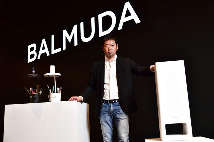 테라오 겐 발뮤다 창립자 겸 최고경영자(CEO)가 12일 서울 용산 드래곤시티호텔에서 국내 첫 기자 간담회를 개최하고 공기청정기 '발뮤다 더 퓨어(BALMUDA The Pure)'를 세계 최초로 공개했다.