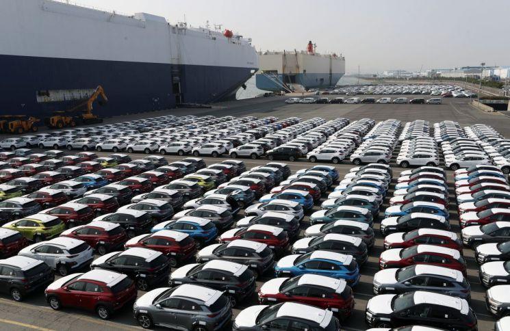 울산 현대자동차 수출 선적부두에 수출을 기다리는 차량들이 줄지어 서있다./사진=연합뉴스