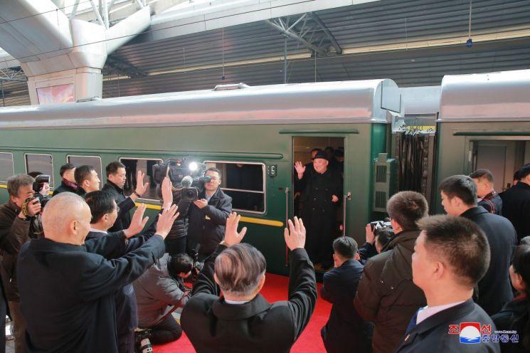 지난 1월 4차 방중한 김정은 북한 국무위원장이 베이징에서 평양으로 돌아가는 특별열차에서 환송 나온 중국 측 인사에게 손을 흔들며 인사하고 있다.