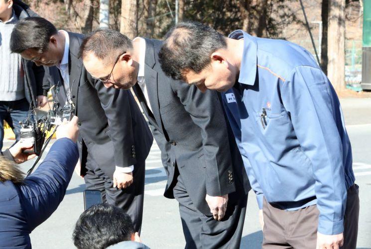 옥경석 한화 화약방산부문 대표이사(가운데)와 회사 관계자들이14일 폭발사고로 3명이 사망한 대전공장 정문에서 기자회견을 하며 숨진 직원들과 유가족에게 애도의 뜻을 전하고 있다. 출처=연합뉴스