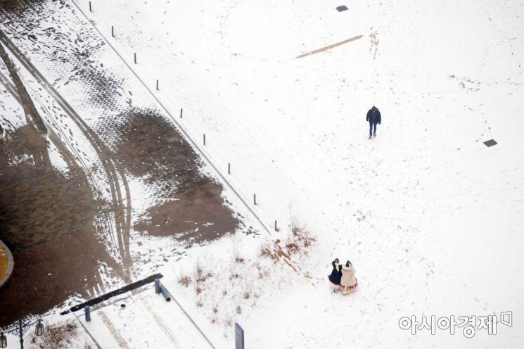서울을 비롯한 중부지방 곳곳에 눈이 내린 15일 서울 경복궁이 하얗게 변해 있다. /문호남 기자 munonam@