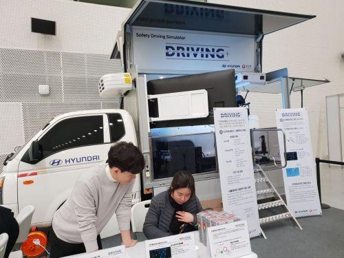 현대자동차와 안실련이 공동 운영하는 모의 안전운전교육 드라이빙 플러스 교육 이수 전 참가자가 사전 응답지를 작성하고 있다./ 사진=우수연 기자