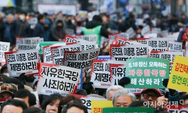 """'5·18 모독 논란' 지만원, 피의자 소환 조사…경찰 """"의원 3인도 수사 중"""""""