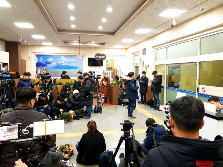 17일 새벽 서울시 마포구 마포경찰서 1층 로비에서 취재진이 경찰조사를 받고 있는 손석희 JTBC 대표를 기다리고 있는 모습.