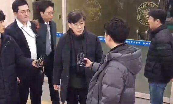 손석희 JTBC 대표가 17일 오전2시47분께 경찰조사를 마친후 취재진의 질문에 답하고 있다.