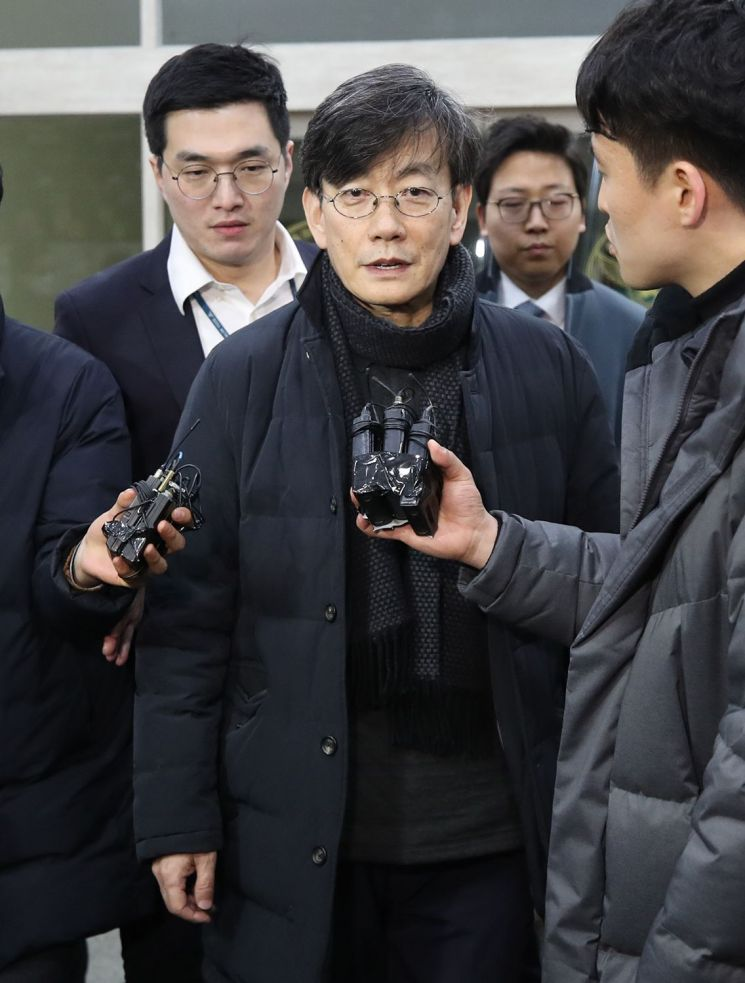 폭행·협박 등 의혹을 받는 손석희 JTBC 대표이사가 17일 오전 서울 마포경찰서에서 조사를 마친 뒤 귀가하며 취재진의 질문에 답하고 있다. [이미지출처=연합뉴스]