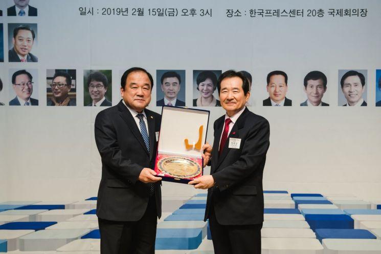고양석 광진구의회 의장(왼쪽)이 정세균 전 국회의장(현 서울 종로구 국회의원)으로부터 상패를 받고 있다.