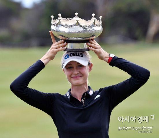 넬리 코르다가 호주여자오픈 우승 직후 트로피를 들고 환호하고 있다. 애들레이드(호주)=Getty images/멀티비츠