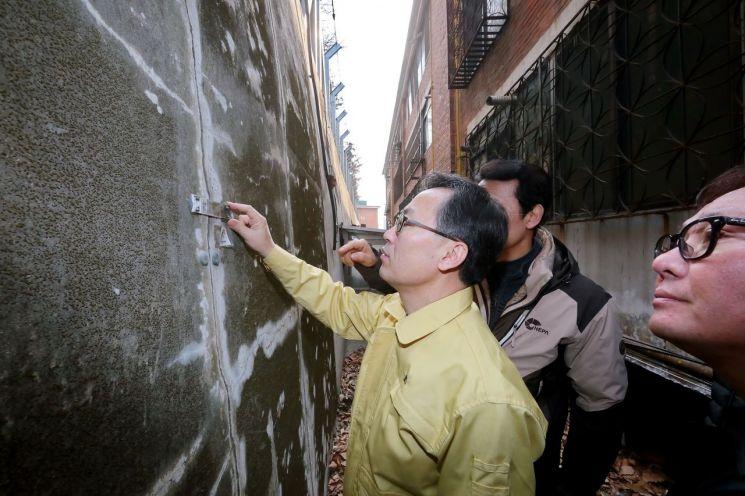 유성훈 금천구청장이 주민들 생활안전을 위해 시설물 관련 부서장 등과 함께 현장에 나가 안전취약시설을 점검, 옹벽 균열을 살펴보고 있다
