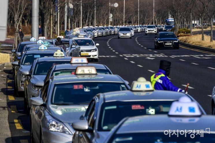 [포토] 택시 미터기 조정 위해 늘어선 줄