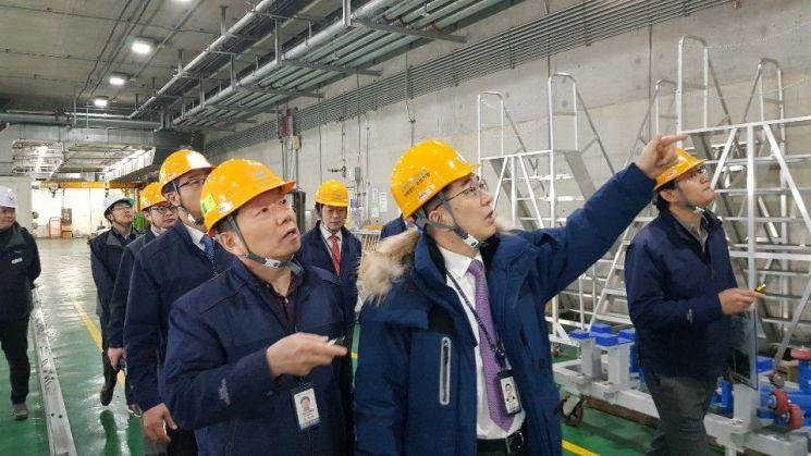 지난 15일 오후 인천공항공사 정일영 사장(사진 오른쪽) 및 공사 경영진 들이 인천공항 지하공동구에 위치한 셔틀트레인(IAT) 안전점검을 하고 있다./ 사진=인천공항공사
