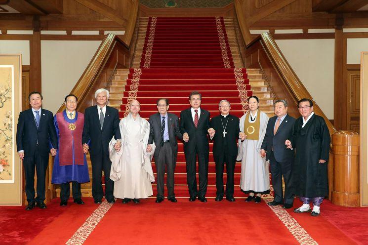 지난해 12월 6일 청와대에서 문재인 대통령과 오찬 간담회에 참석한 종교 지도자들. (사진=청와대)