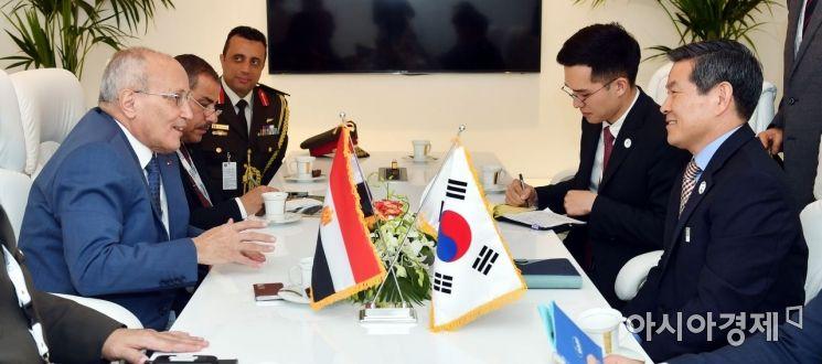 정경두 국방부 장관은 17일 UAE 아부다비에서 열리는 UAE 국제방산전시회(IDEX 2019) 참석을 계기로 모하메드 엘 아사르 이집트 방산장관과 양자회담을 갖고, 양국 국방, 방산협력 강화 방안에 대해 논의하고 있다. (사진=국방부)