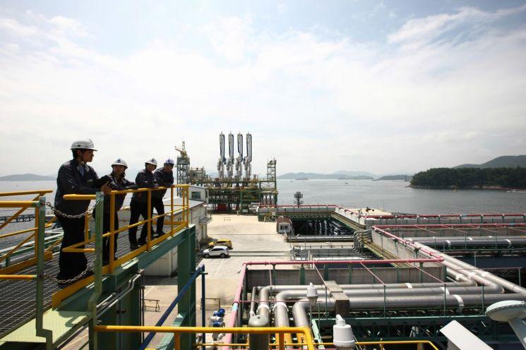 한국가스공사 통영기지본부 현장 근무자들이 점검을 하고 있다.