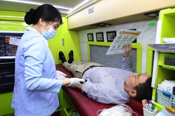 ▲18일 충남 대산공장과 서울사무소에서 진행된 헌혈캠페인에 한화토탈의 한 임직원이 참가하고 있다.