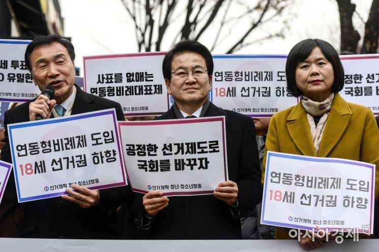 [포토]18세 선거권 하향 촉구하는 손학규 대표