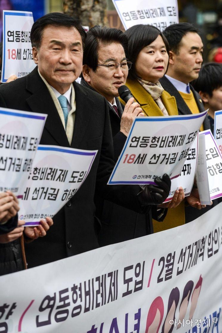 [포토]18세 선거권 하향 촉구하는 정동영 대표