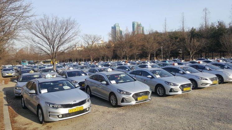 18일 오전 8시 서울 마포구 월드컵공원 주차장에 요금 계측기(미터기) 교체를 위해 모인 택시 수백여대가 기다리고 있다. 서울시는 오는 28일까지 택시 7만2000대의 미터기 교체 작업을 완료할 계획이다.(사진=최호경 기자)