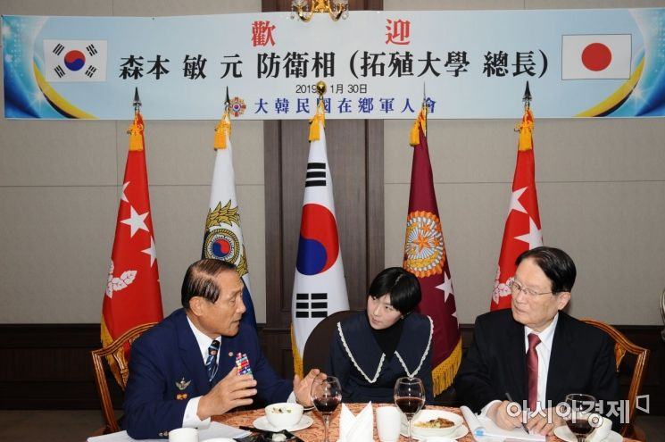 재향군인회 김진호 회장(왼쪽)과 모리모토 사토시 일본 전 방위상(오른쪽)이 지난달 30일 한반도 안보문제와 한일 간의 군사적 갈등 조기 해결을 위한 대화를 나누고 있다. (사진=향군)